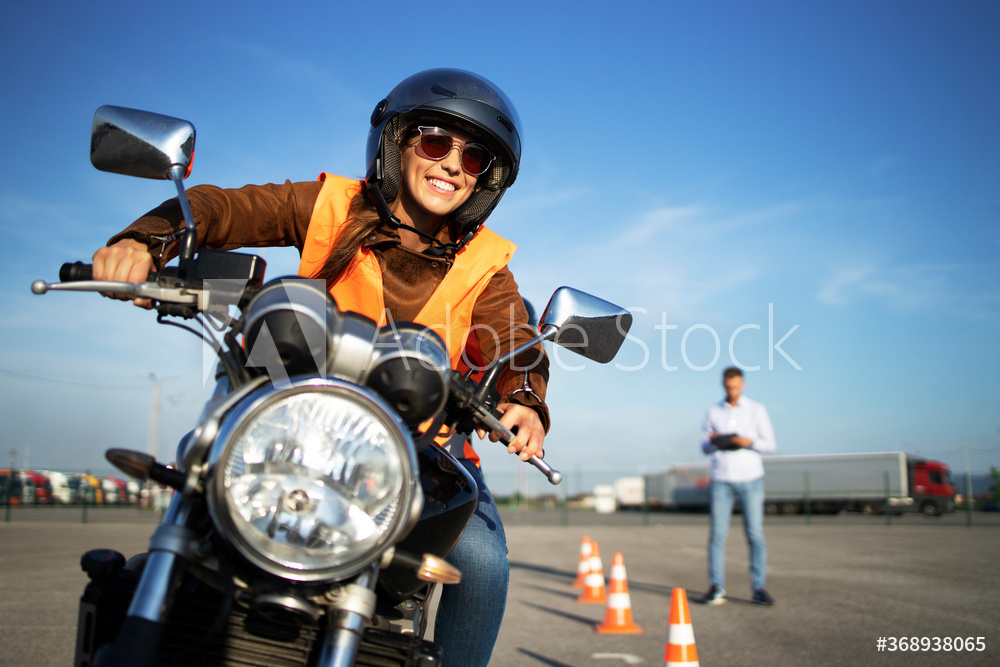 Lächelnde Frau auf Motorrad