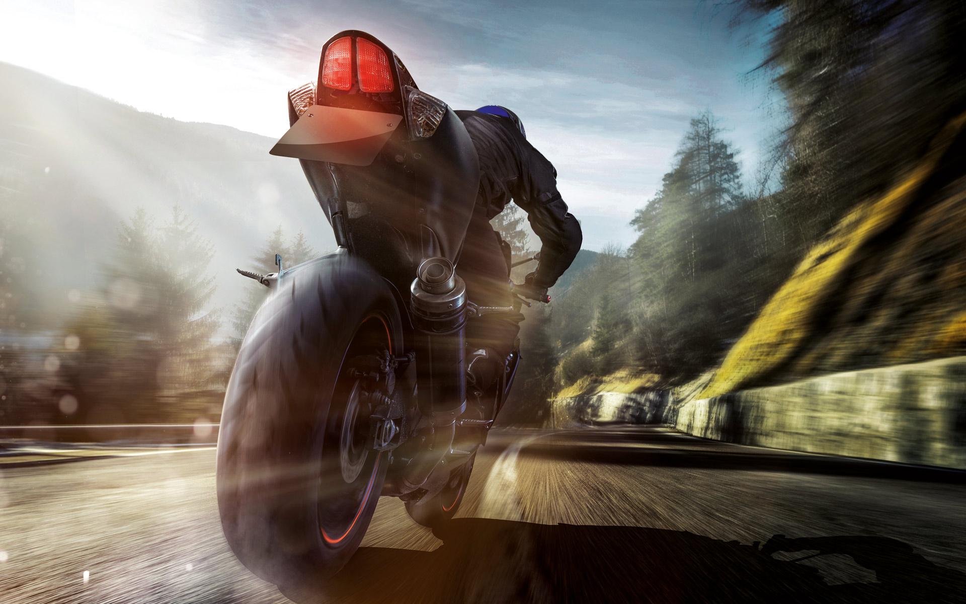 Schneller Motorradfahrer auf Motorrad aus Rückansicht