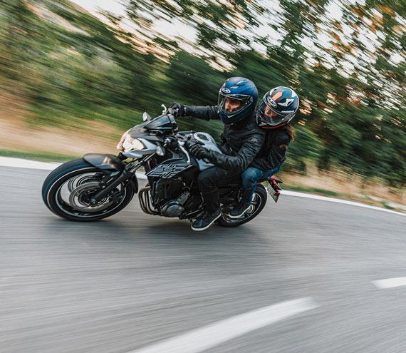 Zwei Motorradfahrer auf Motorrad